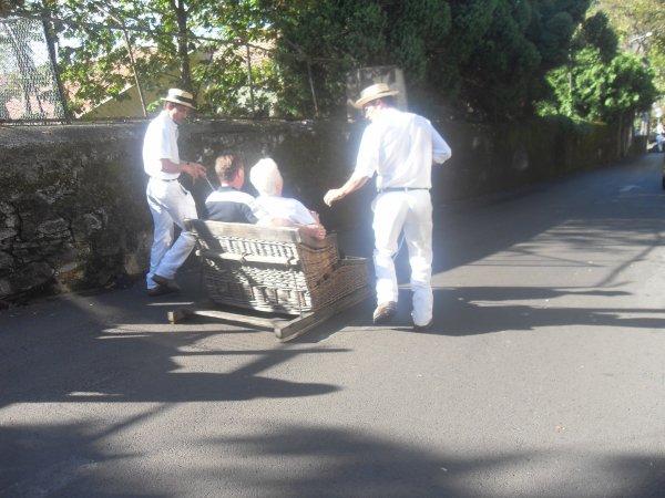 Les fameux CORRINHOS de Funchal  sur l 'ile Portugaise de Madere descente de 2 km 20¤ par personne à l'époque ...(Pas fait..pas fou ) Bravo: josy patou papi nono - dany oublié le pays ....  o