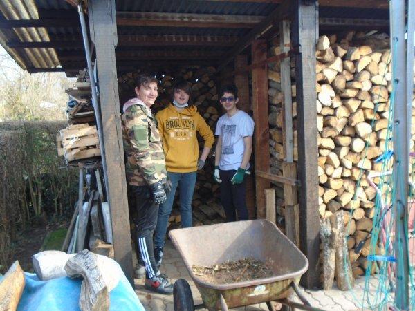 Rangement de bois par des scouts de la ville , pour faire un stage de voile cet été avec les pourboires..