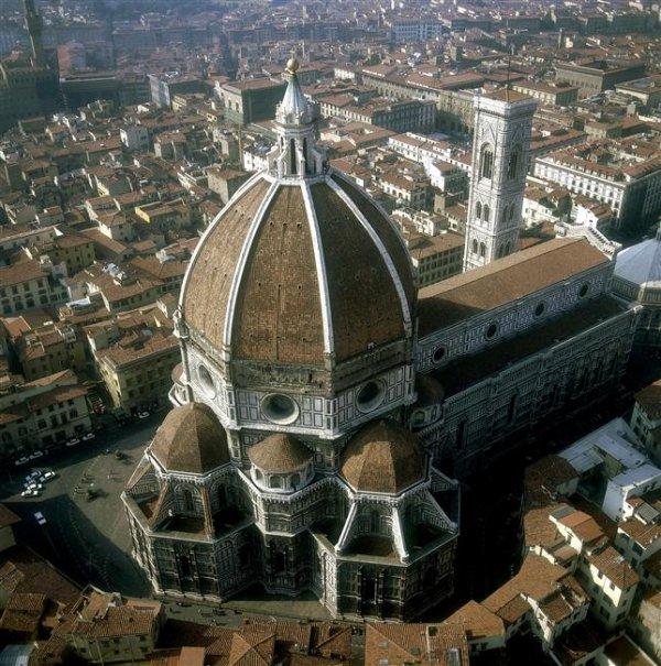 Cathédrale Santa Maria del Fiore de Florence en Italie. Située piazza del Duomo dans le centre historique de Florence, elle est accolée au campanile de Giotto et face à la porte du Paradis du baptistère Saint-Jean et à la Loggia del Bigallo.    Bravo  josy- papi - patou - dany