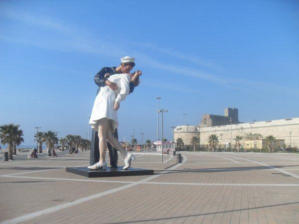 CIVITAVECCHIA. ITALIE; La statue célèbre de deux amants de baiser marin et infirmière sur le bord de mer de Civitavecchia près de Rome La statue est basée sur une photographie prise par le photographe américain Alfred Eisenstadt à New York le 14 août 1945, en liaison avec la fin de la deuxième guerre mondiale Pendant quelque temps la sculpture était aux Etats-Unis et a été récemment installée sur le bord de mer de la ville italienne Civitavecchia La statue est exhibée dans différentes villes autour du monde  -  Bravo aux 2 super gagnants  Papi et Dany   Il  en existe encore d'autres à travers le monde !!!