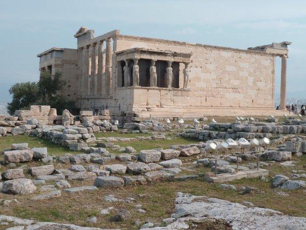 l'Acropole d'Athènes en Grèce Les cariatides servaient à soutenir la corniche  bravo : josy - nono - magoud - papi - dany - patou.La spécificité  est que ces statues sont des imitations , les authentiques sont à Londres au Britsh Muséum ...