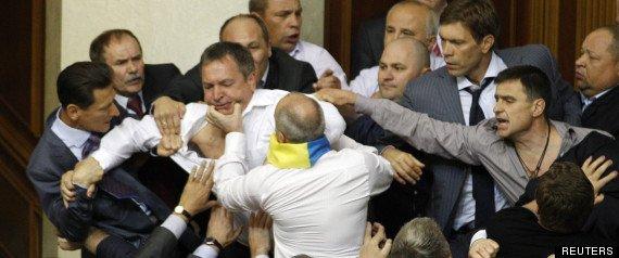 INCROYABLE BAGARRE AU PARLEMENT UKRAINIEN