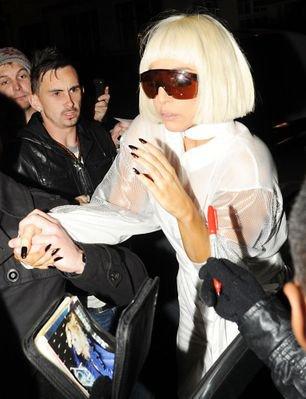 Samedi 06 novembre  GaGa sortant d'un studio de Londres pour se rendre a son hôtel ce Jeudi 04
