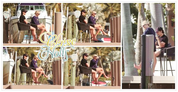 04 JANVIER 2021 △ CANDIDS  Claire prenait une pause déjeuner à la plage de Miami avec son mari.