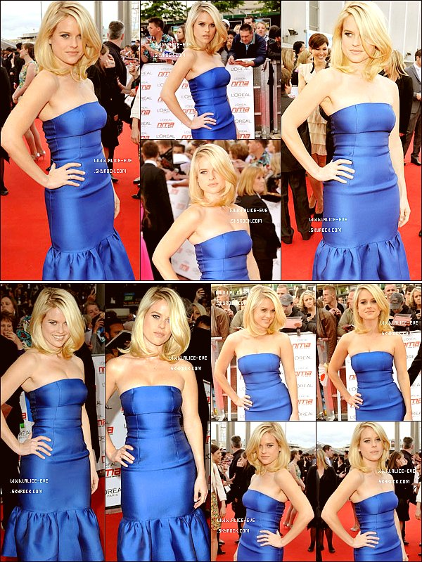 . 12/05/11 : Alice Eve etait presente aux National Movie Awards de 2011. J'adore sa robe bleu ! .