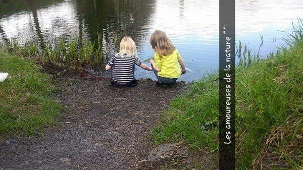 Léa et Nina intéressées par le lac ahah ^_^