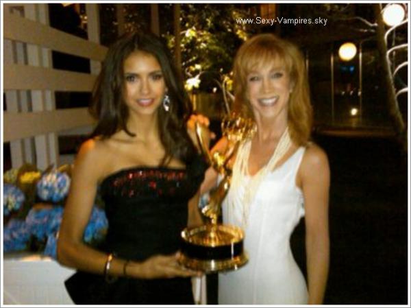 .  29 / 08 / 2010 : Photo Twitter Nina .   « @kathygriffin et moi à la fete des pre Emmy ! Regardez comme l'award est lourd =P ».