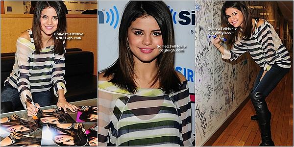 14.03.10 Selena tout sourire donnant une interview à la radio « SiriusXM » à New York.