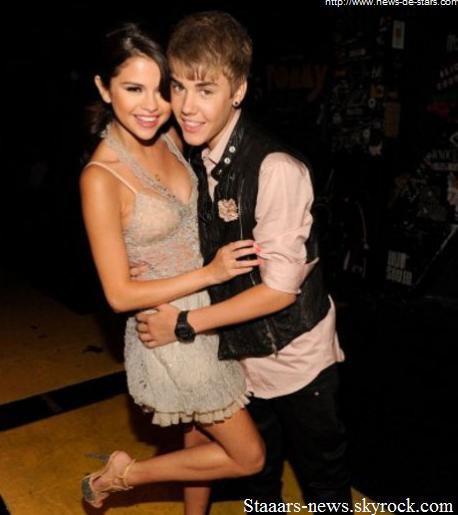 """Selena Gomez, 19 ans & Justin Bieber 17 ans, sont ensemble depuis presque un an. Mais Justin voudrait déjà accélérer les choses & souhaiterait passer à l'étape supérieure de leur relation, avoir un enfant. En effet, le chanteur aimerait rapidement fonder une famille avec Selly :  """"Justin n'arrête pas de parler de bébé. Il veut en avoir un avec Selena """", confie un proche au National Enquirer. Cependant, la chanteuse ne serait pas prête pour le moment & préférerait attendre l'année prochaine, lorsque Justin aura 18 ans. La chanteuse pourrait donc être enceinte très prochainement s'ils souhaitent vraiment fonder une famille. Ton avis ?"""