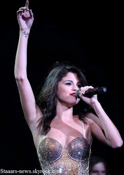 En concert à Las Vegas, Selena Gomez a surpris tout le monde en arrivant sur scène avec un tatouage bien voyant sur son poignet. Il s'agit en effet du prénom « Justin », accompagné d'un coeur. La référence à son petit ami, Justin Bieber est évidente. Pourtant, rien n'indique qu'il s'agit d'un vrai tattoo. En regardant la photo du tatouage de Selena de près, on s'aperçoit en effet que l'écriture n'est pas parfaite. Mais que ce soit un vrai ou un faux tatouage, Selly prouve ainsi que son histoire avec le chanteur de Baby est vraiment sérieuse & que, même si le mariage entre Justin et Selena n'est pas pour demain, ils sont vraiment bien ensemble. : )