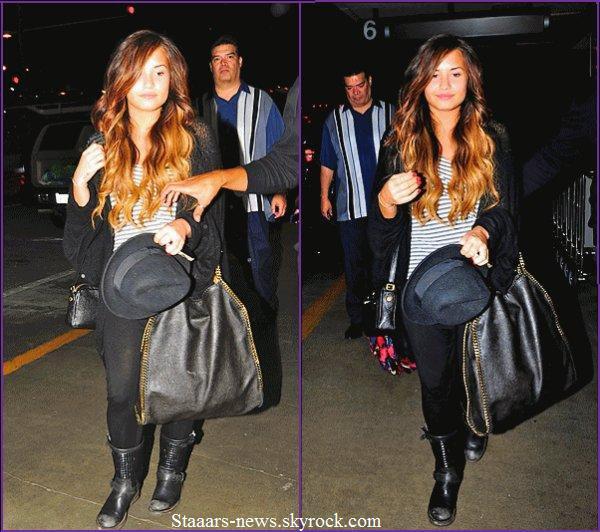 15.09.2011 ; Demi, son beau-père et sa mère ont été vue à l'aéroport de Los Angeles. Direction New-York pour son premier concert, le 17 Septembre.