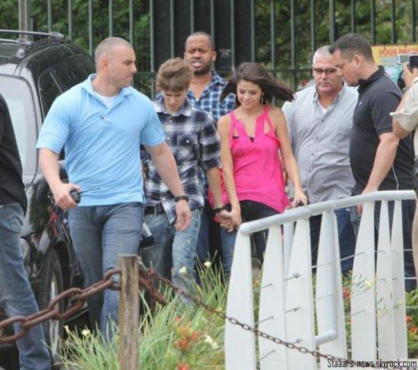 "26.09.2011 ; Selena & Taylor Swift déjeunaient au restaurant ""Benihama""."