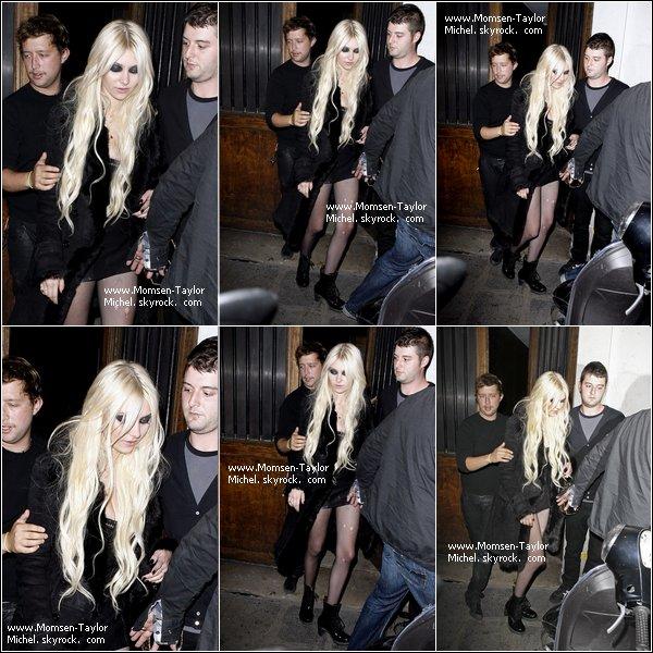 .Le 13/09/2010, Taylor tres entouree sortait du restaurant Laperouse à Paris, France PS : Au concertTaylor s ' est tordue la cheville en allant sur le camion, c'est pourquoi il n'y a eu que trois chansons..