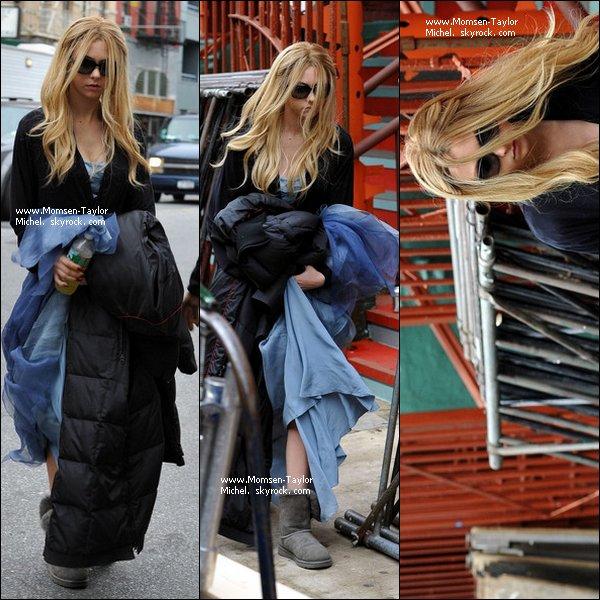 .Le 05/10/2010, Taylor et sa perruque etaient sur le tournage de Gossip Girl dans le Lower East Side..
