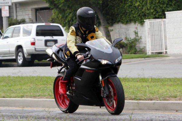 JB en moto dans LA + arrive dans un hotel avec Selena....