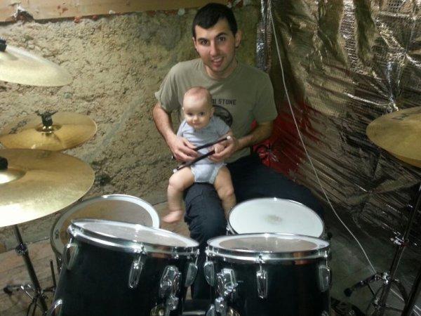 Père et fils entrain de jouer de la batterie