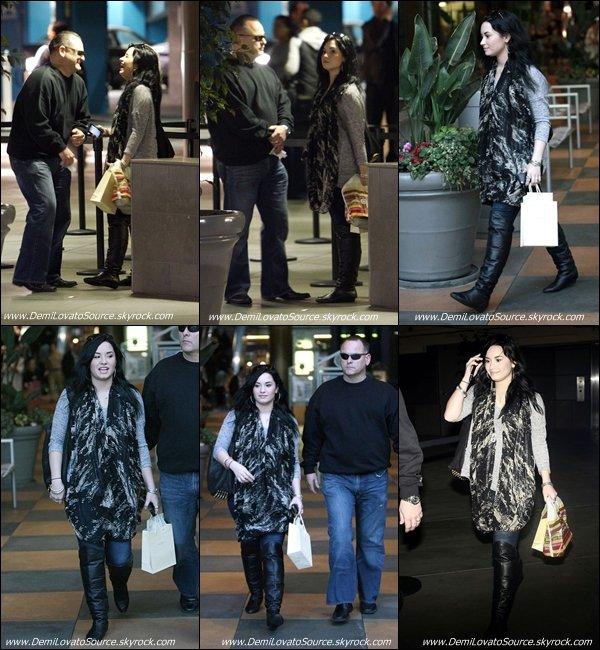 30.01.11 : Demi a été apperçue faisant du shopping dans Los Angeles. La vie reprends son cours ... Elle nous fait un BOF.