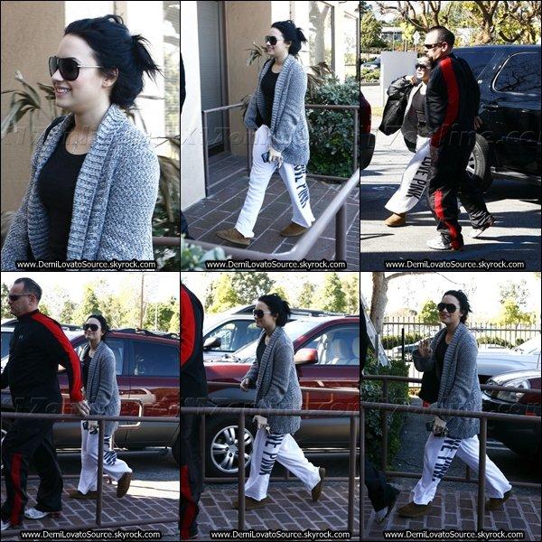 """02.02.11 : Demi se rendait dans son centre """" A New Journey """" dans Santa Monica, qui traite les problèmes alimentaires."""