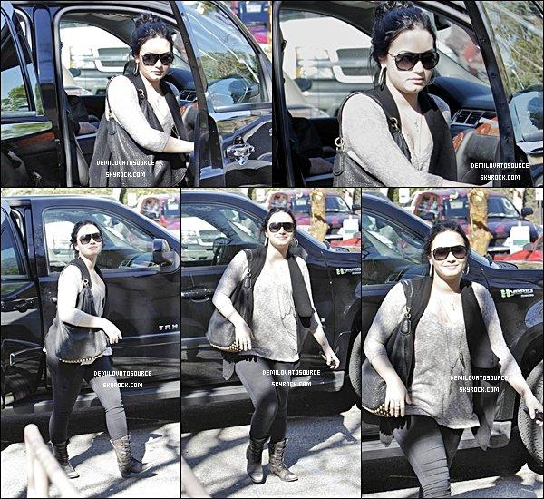 """03.02.11 : Demi se rendait une fois de plus dans son centre """" A New Journey """" dans Santa Monica. N'aurait-elle pas grossis?"""