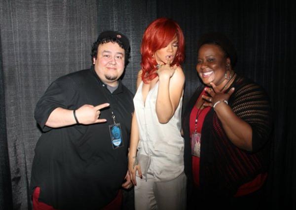Une demande en mariage ... originale    Rihanna, actuellement en pleine tournée internationale à comme habitude, à la fin de chaque concert de rencontrer des fans, rien d'extraordinaire jusque là, sauf que cette fois c'est à une demande en mariage, devant elle que Rihanna a assistée ! Le fiancé aurait profité de cet instant magique pour demander la main de sa bien-aîmée ! Tu en pense quoi toi, bonne idée ?