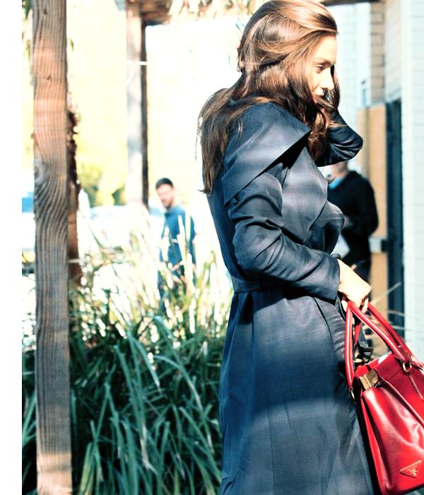 """Une mannequin plus que top !      Aujourd'hui, lundi 08 août, Miranda Kerr a été apreçu vers les studios """" Sun Studios """" à Sydney en Australie. La jeune mannequin portait un trench-coat noir, que j'aime beaucoup avec un très beau sac rouge vif ! La jeune maman a déclaré vouloir revenir sur les podium, voilà ce qu'elle a dit : """"Je suis un peu nerveuse à l'idée de reprendre la piste après avoir juste un bébé il ya sept mois dans un maillot de bain"""" à mon avis, elle n'a pas de soucis à se faire ..."""