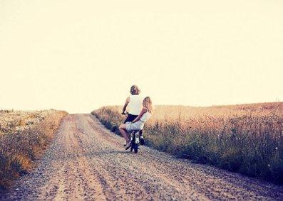 De toi à moi, de moi à toi, il suffit d'un regard, d'un sourire complice pour découvrir le monde merveilleux de l'amour.
