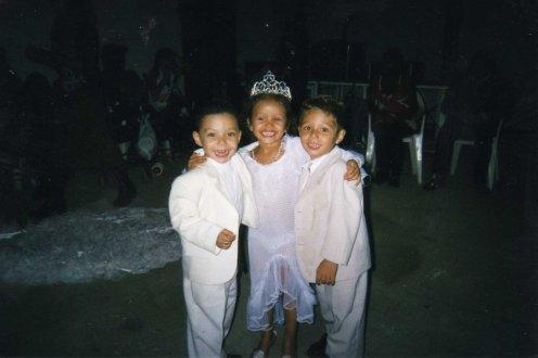 Mon cousin misenzo , ma cousine kim et moi quand on était petit