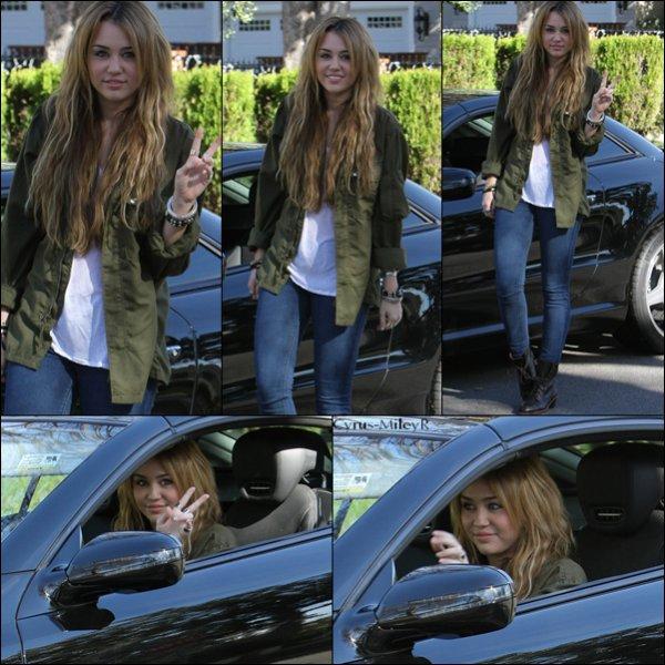 Miley était de sorti le 31 décembre 2010 à Los Angeles. J'adore la veste de Miley. Par contre ces chaussure ne son pas très belle mais sa suis bien ensemble. Donc pour moi c'est un TOP pour miss Cyrus ! Miley à égelement laiser un méssage sur son blog.  Voici ce qu'elle a dit : « Hey guys ! Allez faire un tour sur greyant.com ! Cette ligne est ma nouvelle fashion obsession ! J'ai vu que Beyoncé portait des lunettes de soleil GreyAnt un jour et depuis il me faut absolument une paire ! Denika (ma maquilleuse) est très amie avec la designeuse Nat donc elle nous a présenté, et je suis totalement tombée amoureuse d'elle et de sa collection ! J'espère porter certains de ses objets sur scène un jour =] 2011 sera une superbe année pour GreyAnt j'en suis persuadée. Elle le mérite ! Elle travaille très dur et crée des objets magnifiques ! xx » Miley annonce  qu'elle va aller a Haiti pour aller aider des familles. Miley est vraiment généreuse.Le video ici et voici la traduction :  « Salut tout le monde c'est moi, je voulais seulement vous souhaiter une très bonne année. Je prends le temps de faire cette vidéo tout d'abord pour vous avouer à quel point je suis excitée à propos de cette nouvelle année 2011. Tous mes proches et moi-même avons le pressentiment que cette année sera géniale, donc je suis contente d'être en 2011. Je voulais aussi remercier mes fans pour cette merveilleuse année 2010. Je n'avais pas eu l'occasion de vous le dire avant, je suis tellement reconnaissante de vous avoir tous dans ma vie. Cette année j'ai fais énormément de choses, j'ai fais 2 films, 'The Last Song' est sorti, j'ai sorti un album, ma série s'est achevée… Je n'arrive pas à croire d'avoir fais autant de choses en 1 an. C'est pour ça que je veux remercier mes vrais fans, ceux qui sont présents depuis le tout première épisode de 'Hannah Montana' jusqu'à encore aujourd'hui. J'avais 12 ans lorsque la série a commencé, et je n'arrive pas à croire que j'ai 18 ans et que la série vient de se finir. 