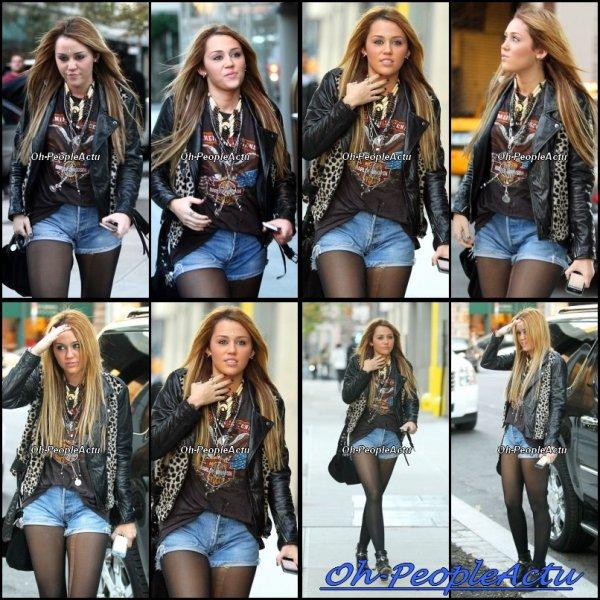 Miley Cyrus sortant de son hôtel. Concernant l'actu de Miley, sachez qu'elle fera un concert à Bellevue (Washington) le 20 novembre prochain pour l'ouverture d'un magasin Microsoft. Miley fera également une performance lors des American Music Awards 2010 le 21 novembre prochain.