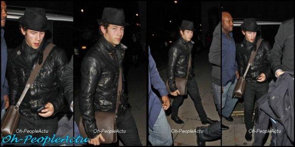 Le 19 novembre dernier, Nick est de retour à Londres, on l'a apercut lorsqu'il arrivait a son hotel ^^ Mardi dernier, Kevin et sa femme, Danielle ont été vu à l'aéroport de Los Angeles. Puis Joe et Ashley se baladait, hier dans Los Angeles :)
