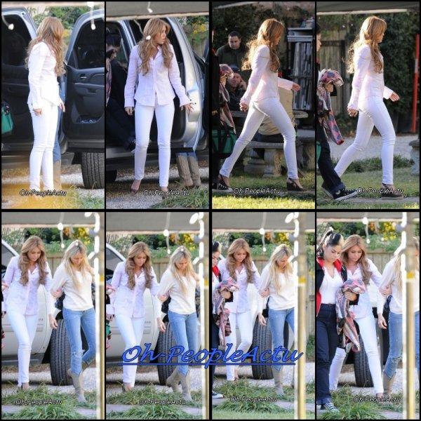 """Miley est en ce moment sur le tournage de son prochain film """"So Undercover"""". Sa mere, Tish, est venu la voir sur son tournage :D Ses photos ont été prises hier ^^ C'est rare de voir Miley en blanc je trouve :)"""