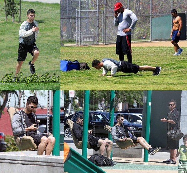 Joe a été vu dans un parc à Beverly Hills avec son coach personel. Apres avoir fait des pompes et couru, il a fini par faire de la balnçoire :p Puis, Photoshoot de Emily Osment recent ;)