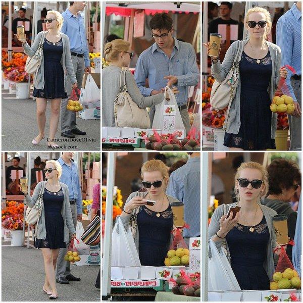 ► Candid   12/12/2014  Dove, inséparable de son Ryan, faisant quelques courses sur un marché.  Mon dieu, Ryan c'est quoi cette tenue ?