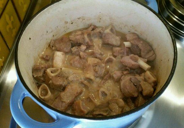 Fricassée de porc avec des jarrets accompagné de riz blanc et brocolis vapeur