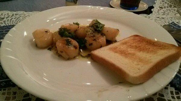 Mon repas de Nouvel-an, roulade de saumon fumé au fromage frais, salade de rampon aux croûtons au beurre et oeuf dur émietté, noix de St-Jacques au beurre d'ail persillé et toasts grillés