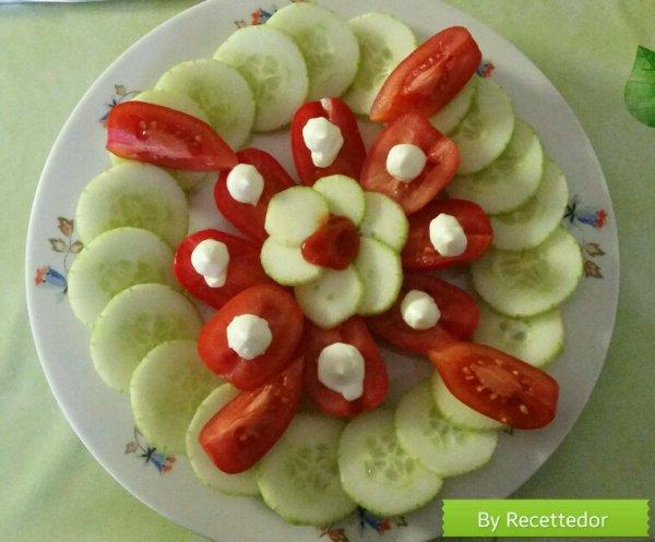 Saucisses de veau et salade concombre/tomates