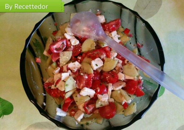 Salade estivale, concombre, tomates cerises, poivron rouge, oignon rouge et feta
