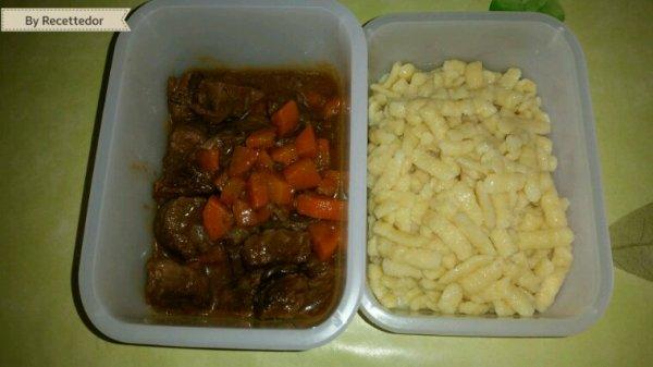 Ragoût de boeuf au carotte et knöpfli au beurre