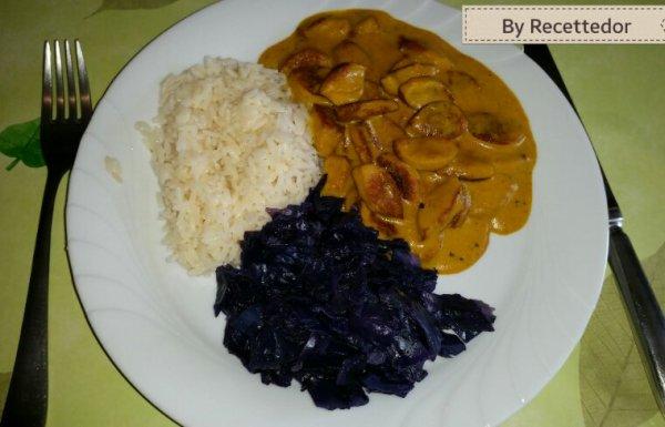 Riz blanc, saucisses de veau émincées au curry et chou rouge vapeur aux herbettes