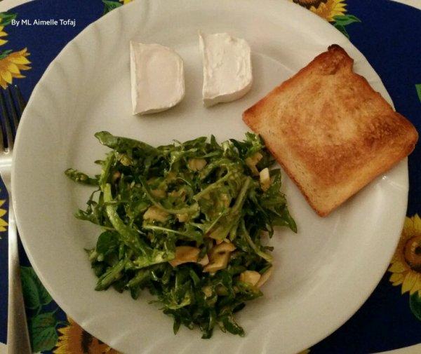 Salade de dents-de-lion aux oeufs dures et buchette crémeuse de chèvre