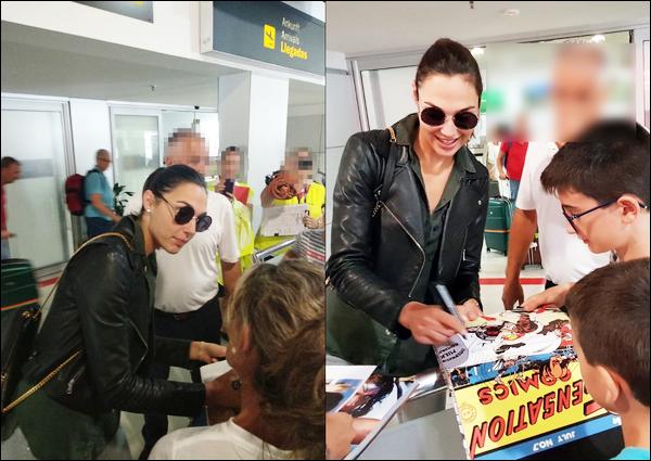 . 09.09.2018 ▬ Gal Gadot signant des autographes à des fans à l'aéroport de Almería en Espagne  .