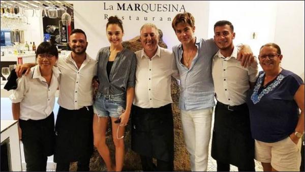 . 12.09.2018 ▬ Gal toute souriante était avec Chris Pine au restaurant « La Marquesina » en Espagne  .