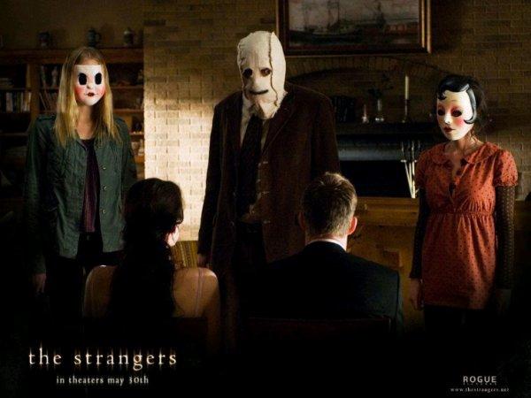 The Strangers film d'horreur assez classique mais vraiment sympa pour le genre, avec une tension constante, tout le long de l'histoire, avec des personnages qui font pas des choix stupide, ceci dit assez mitigé sur la personnalité des personnages principaux, j'ai grandement apprécié la fin de ce film qui visiblement serait tiré d'une histoire vraie comme dit au début du métrage , ce que j'ai apprécié aussi c'est que même si les antagonistes enlèvent leurs masques à un moment de l'histoire on ne voit jamais leur visage autre chose appréciable pour moi même si au final tu as envie de savoir qui sont ces personnes mais ça ne changerait rien à l'histoire, d'ailleurs j'ai beaucoup apprécié les masques des antagonistes.La mise en scène resto fluide et agréable et on ne s'ennuie pas, l'ambiance générale classique après le film ne dure que 1h30 comme souvent avec ce genre de film, ceci dit le film reste assez prévisible à de nombreuses reprises, la Bo ne m'a pas marqué plus que ça, sans être mauvaise pour autant, sinon  je n'ai pas grand-chose de plus à ajouter.  Résumé : Un jeune couple profite de la tranquillité d'une maison de vacances retirée quand l'intrusion de trois personnes masqué lui révèle les dangers de l'isolement.  Distribution : Liv Taylor, Scott Speedman, Gemma Ward, Kip Weeks, Laura Margolis, Glenn Howerton Réalisateur : Bryan Bertino Film d'horreur, thriller