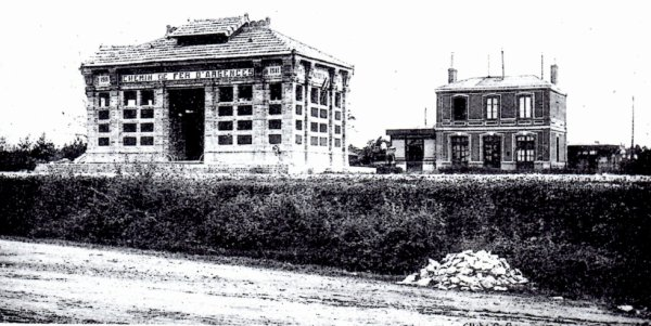 Les deux anciennes gares de Moult