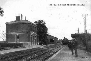 Gare de Moult debout