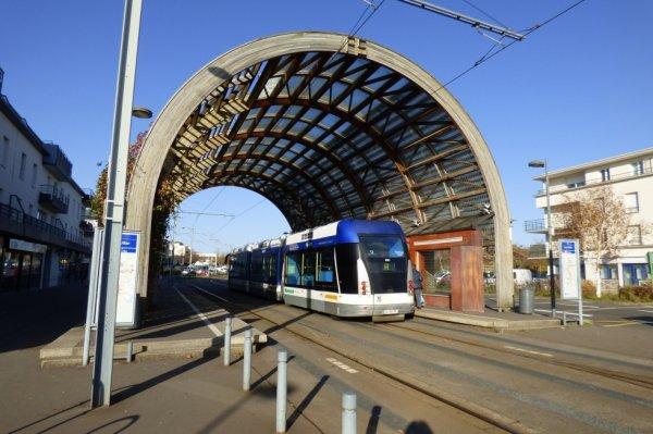 Tram de Caen vu de derrière à la station Ifs Jean Vilar le 22 novembre 2017
