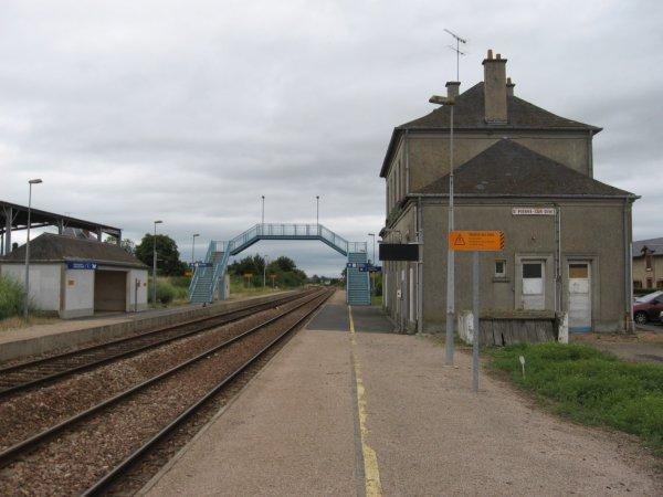 Voies, quais, passerelle, et bâtiment voyageurs à Saint-Pierre-sur-Dives en 2007