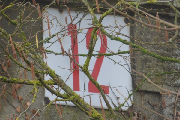 Panneau du passage à niveau n°12 sur l'ancienne gare de Lonlay-le-Tesson