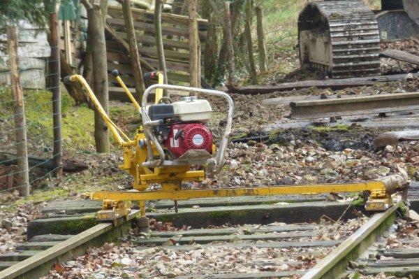 Machine à enlever les tirefonds utilisée lors du démontage de la ligne Briouze Bagnoles