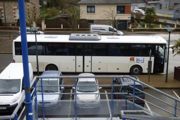Autocar TER stationné à la gare de Briouze